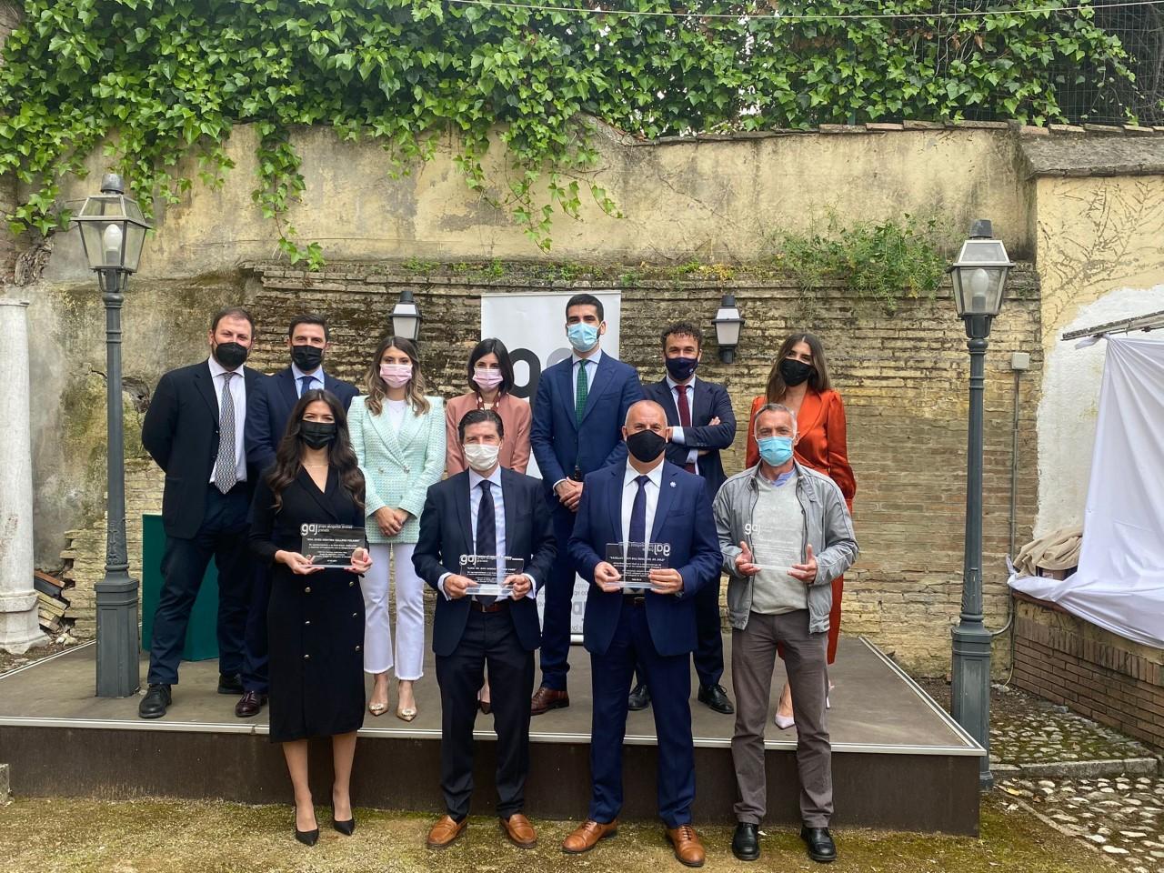 El magistrado Sergio Romero y el letrado José Luis Pozo, galardonados por los abogados jóvenes de Granada